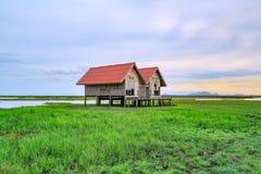 Vecchia casa per le viste del tramonto e dell'alba di panorama a Thale Noi in Phatthalung, Tailandia Immagini Stock