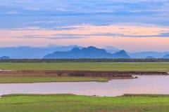 Vecchia casa per le viste del tramonto e dell'alba di panorama a Thale Noi in Phatthalung, Tailandia Fotografie Stock