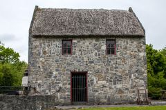 Vecchia casa ricoperta di paglia rustica dell'azienda agricola del tetto Immagini Stock