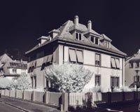 Vecchia casa rinnovata nel quarto calmo di Strasburgo, vista infrarossa immagini stock