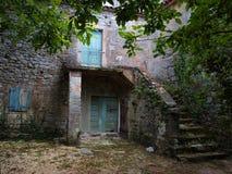 Vecchia casa romantica con il cortile Fotografia Stock Libera da Diritti