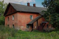Vecchia casa rossa immagine stock