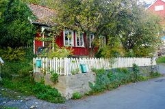 Vecchia casa rossa abbandonata, Norvegia Fotografia Stock