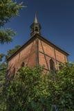 Vecchia casa rossa con la torre nel villaggio di Cirkvice Immagine Stock