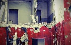 Vecchia casa rossa e bianca di danno con vecchio effetto tonificato fotografie stock libere da diritti