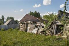 Vecchia casa rustica rovinata in un villaggio Fotografie Stock Libere da Diritti