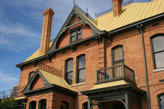 Vecchia casa storica frequentata del mattone Fotografia Stock