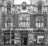 Vecchia casa storica non mantenuta per la vendita nella città Immagini Stock