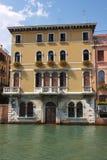 Vecchia casa sul canale di Venezia fotografie stock