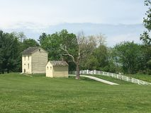 Vecchia casa sul paesaggio del paese Fotografia Stock Libera da Diritti