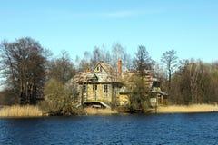 Vecchia casa sulla riva del lago Trakai Fotografie Stock Libere da Diritti