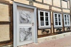 Vecchia casa tedesca d'annata con attingere la porta di legno Fotografie Stock Libere da Diritti