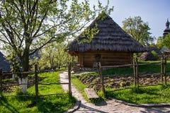 Vecchia casa tradizionale ucraina con il tetto della paglia in primavera di un giorno soleggiato Immagini Stock