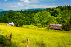 Vecchia casa in un campo negli altopiani di Potomac del Virginia Occidentale fotografie stock