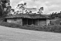 Vecchia casa in una zona rurale fotografia stock