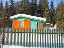 Vecchia casa variopinta di inverno Immagine Stock