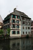 Vecchia casa vicino ad un canale a Strasburgo, Francia, con i fiori Immagini Stock