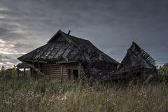 Vecchia casa in villaggio abbandonato Immagini Stock