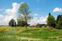 Vecchia casa in villaggio lituano Fotografie Stock