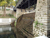 Vecchia cascata con le scale Fotografia Stock