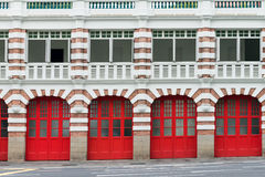 Vecchia caserma dei pompieri con i cancelli rossi Immagine Stock Libera da Diritti