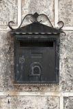 Vecchia cassetta delle lettere nera stagionata del metallo Fotografia Stock