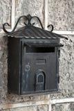 Vecchia cassetta delle lettere nera stagionata del metallo Fotografie Stock
