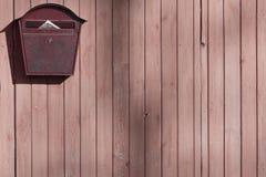 Vecchia cassetta delle lettere su un recinto di legno con spazio per un'iscrizione o una progettazione fotografia stock libera da diritti