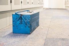 Vecchia cassetta portautensili che aspetta il lavoratore fotografia stock libera da diritti