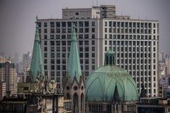 Vecchia cattedrale cattolica con il tetto verde Immagine Stock Libera da Diritti