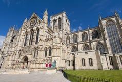 Vecchia cattedrale inglese nel centro urbano fotografie stock