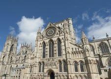 Vecchia cattedrale inglese nel centro urbano fotografie stock libere da diritti