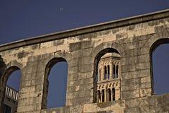 Vecchia cattedrale storica nella spaccatura, Croazia fotografia stock