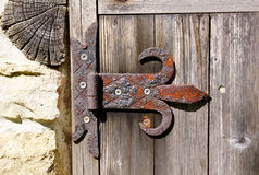 Vecchia cerniera arrugginita sulla porta di legno fotografia stock libera da diritti