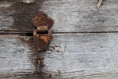 Vecchia cerniera rustica polverosa sul contenitore di cerniera sul fondo di struttura di lerciume Cassa di legno antica immagine stock
