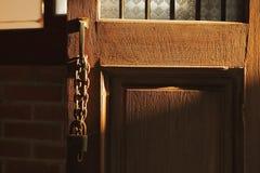 Vecchia chiave di catenaccio sul portello di legno Fotografia Stock Libera da Diritti