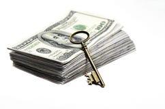 Vecchia chiave su soldi Fotografia Stock Libera da Diritti