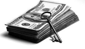 Vecchia chiave sulla pila di denaro contante Immagine Stock
