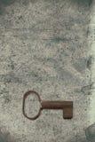 Vecchia chiave sulla vecchia carta strutturata con i modelli naturali Immagine Stock