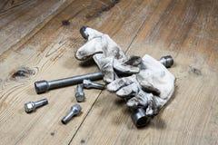 Vecchia chiave utilizzata con la vite ed i guanti sporchi immagine stock