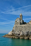 Vecchia chiesa al disopra della superficie in Portovenere, Italia Fotografia Stock