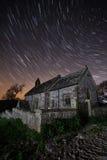 Vecchia chiesa alla notte con le tracce della stella Fotografia Stock