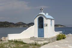 Vecchia, chiesa bianca vicino al mare Grecia Fotografia Stock