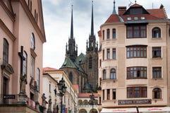 Vecchia chiesa cattolica e costruzioni europee di stile nella città di Brno Immagini Stock