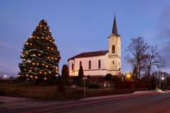 Vecchia chiesa cattolica e l'albero di Natale Fotografia Stock Libera da Diritti