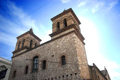 Vecchia chiesa con un cielo variopinto Immagine Stock