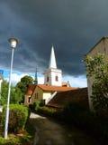 Vecchia chiesa coperta di nuvole scure Fotografie Stock Libere da Diritti