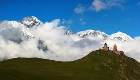 Vecchia chiesa cristiana vicino a Kazbegi, villaggio di Gergeti di Stepantsminda Fotografie Stock