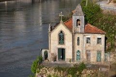Vecchia chiesa dal fiume del Duero nel Portogallo Immagini Stock