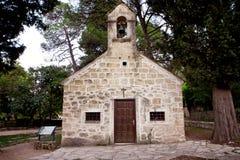 Vecchia chiesa della pietra della foresta fotografia stock